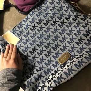 Selling a navy blue Micheal Kors purse